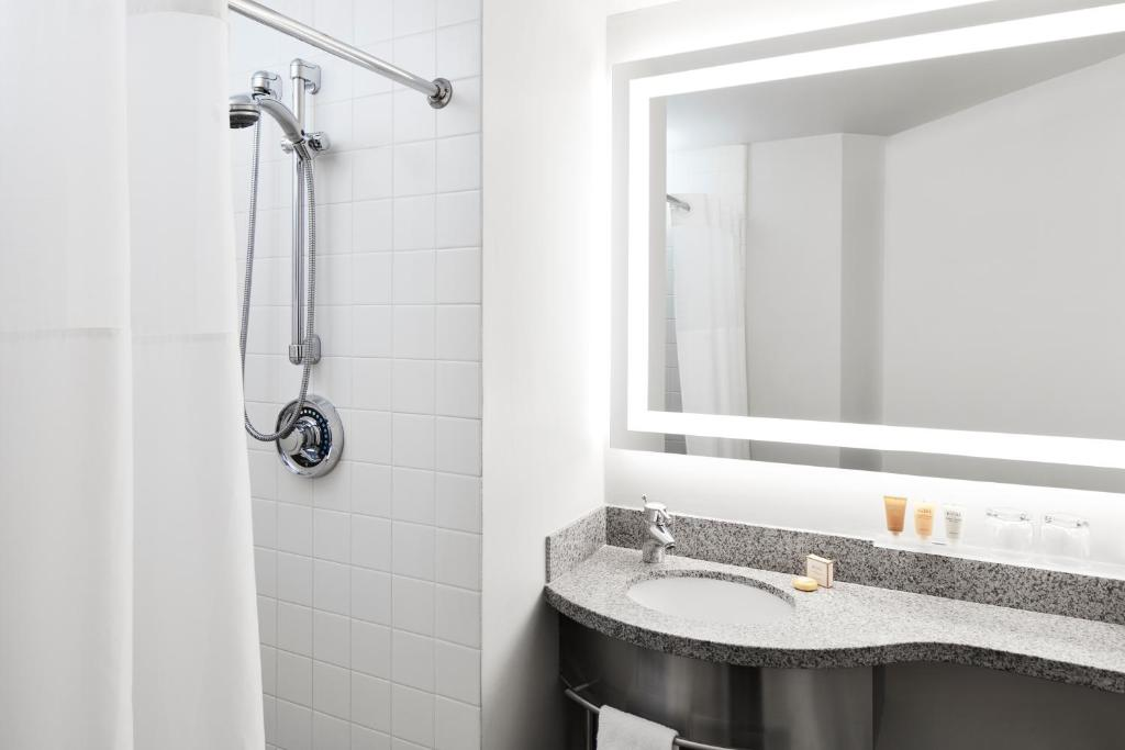 A bathroom at Radisson Hotel New York Wall Street