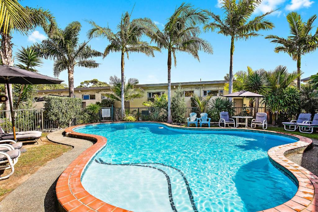 المسبح في Waipu Cove Resort أو بالجوار