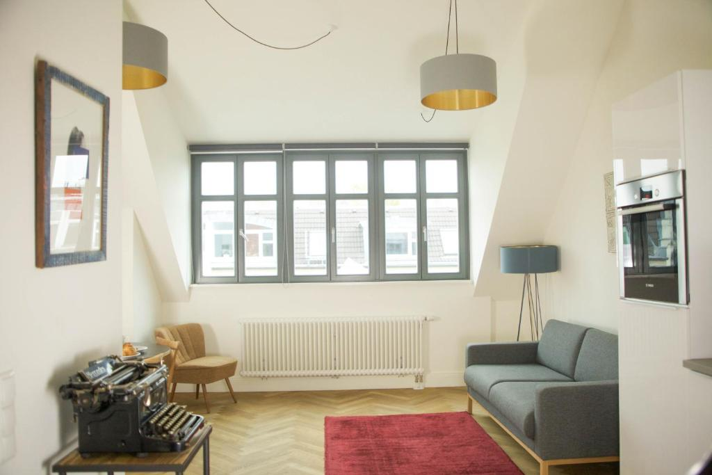 A seating area at Berlin Base Apartments - KREUZBERG