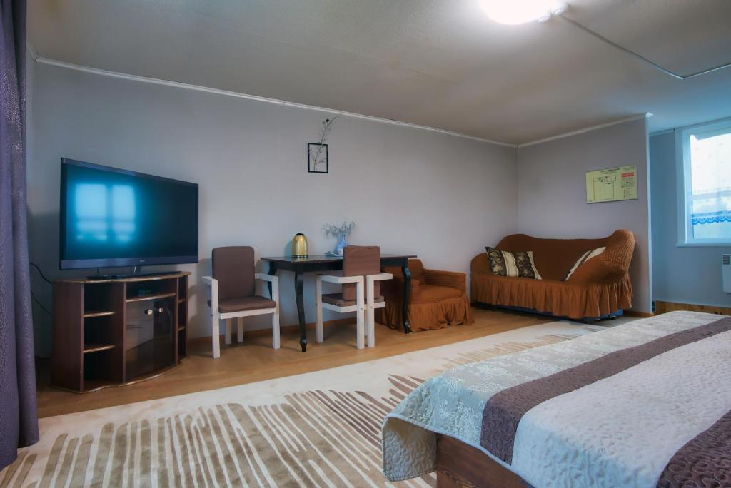 A television and/or entertainment center at Guest House Baikal Yeti