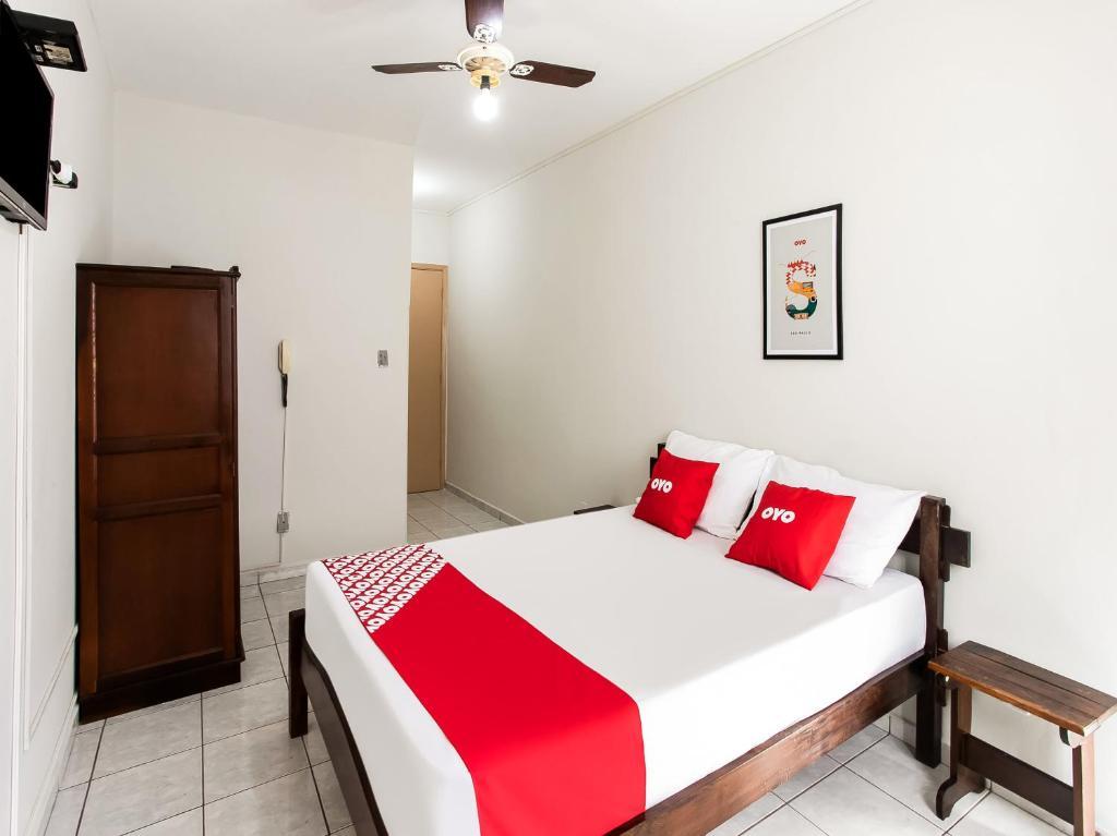 Cama ou camas em um quarto em OYO Hotel Nobrega Aeroporto -6 min min de distância do Parque Ibirapuera