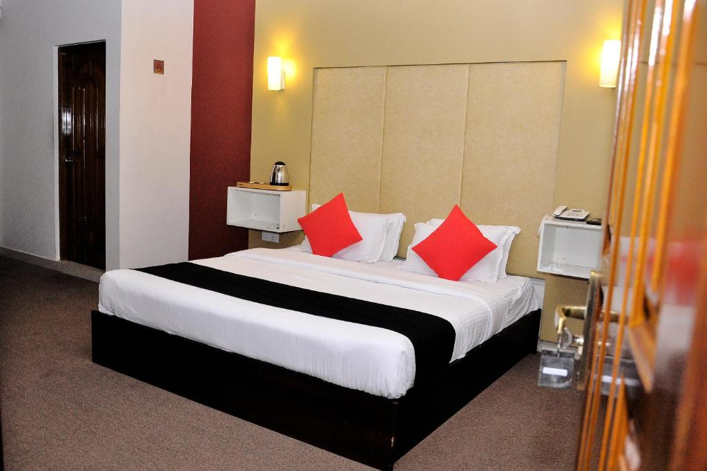A bed or beds in a room at Laa Adams