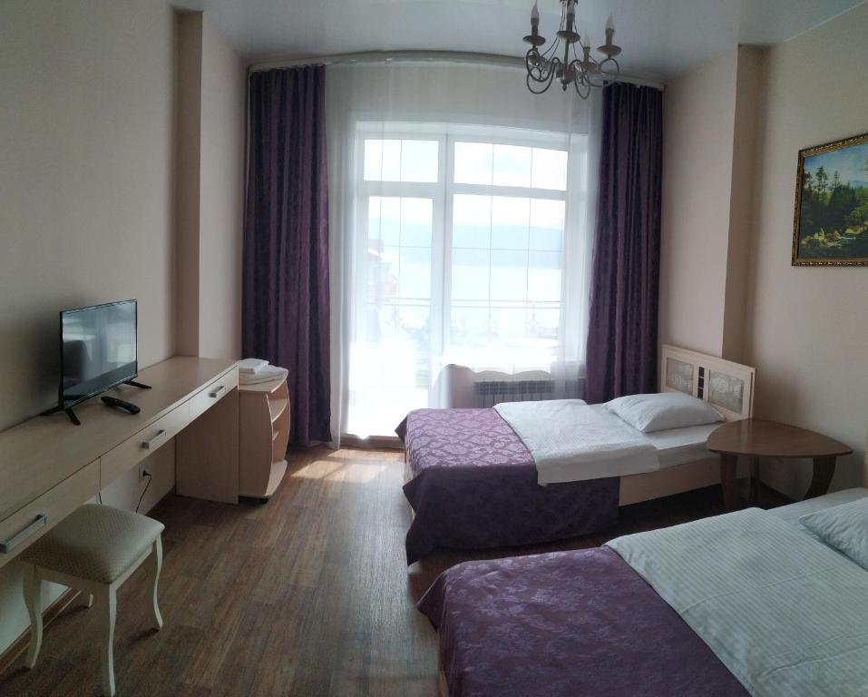 A television and/or entertainment center at Hotel complex Baikalskiy Rai