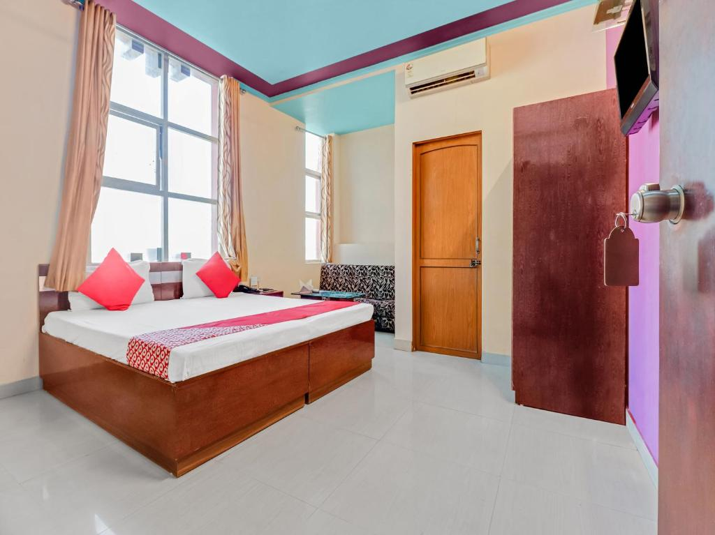 A bed or beds in a room at OYO 3657 Hotel Desert Raaga