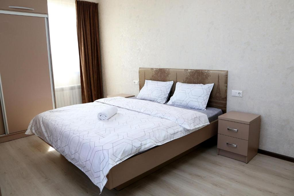 A bed or beds in a room at Шикарная, просторная 2к. квартира на Исанова-Рыскулова