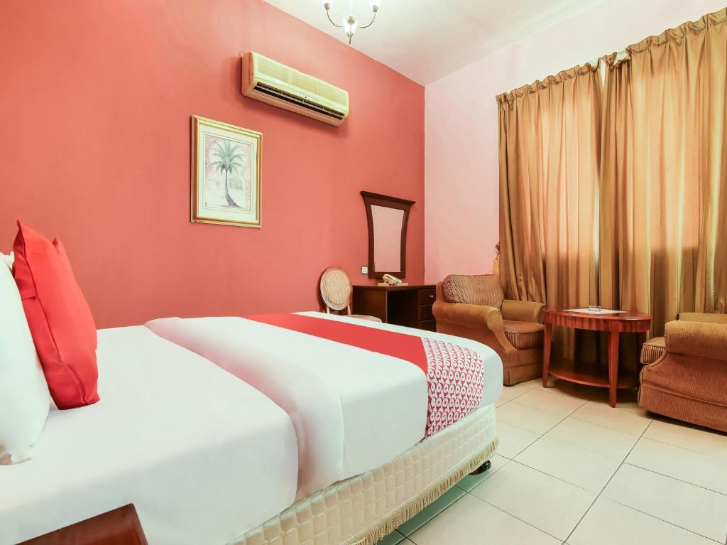سرير أو أسرّة في غرفة في OYO 249 Oasis Hotel Apartment