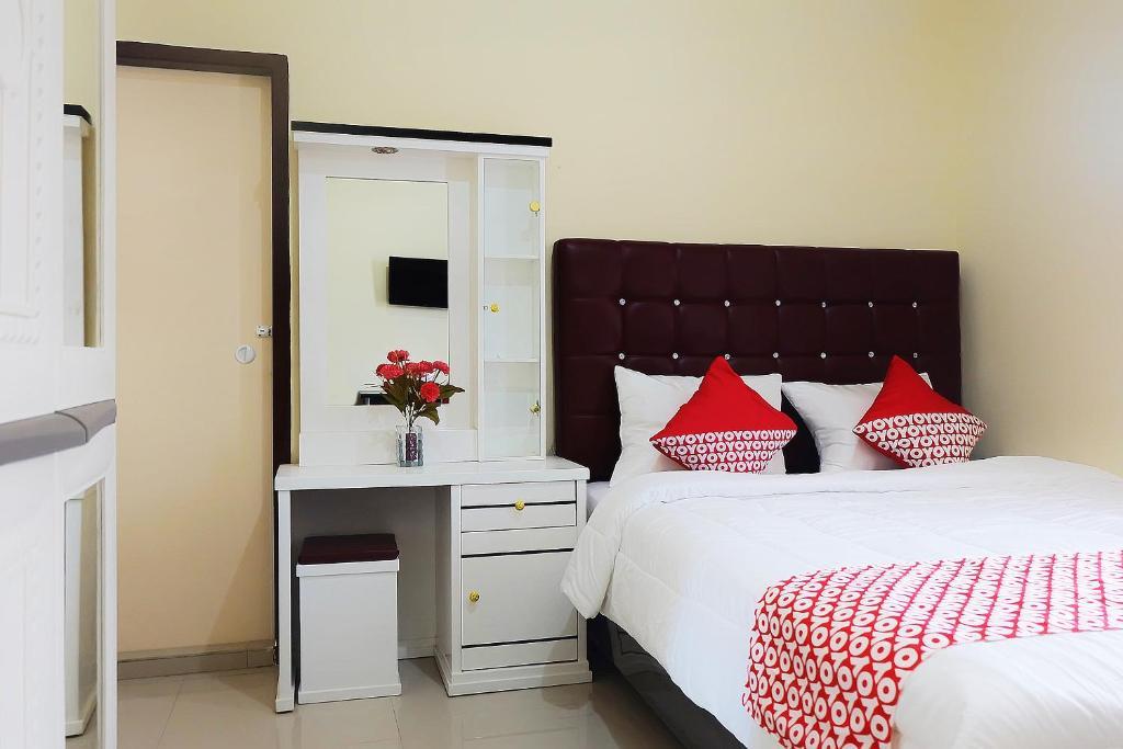 Tempat tidur dalam kamar di OYO 1126 Trio R Residence