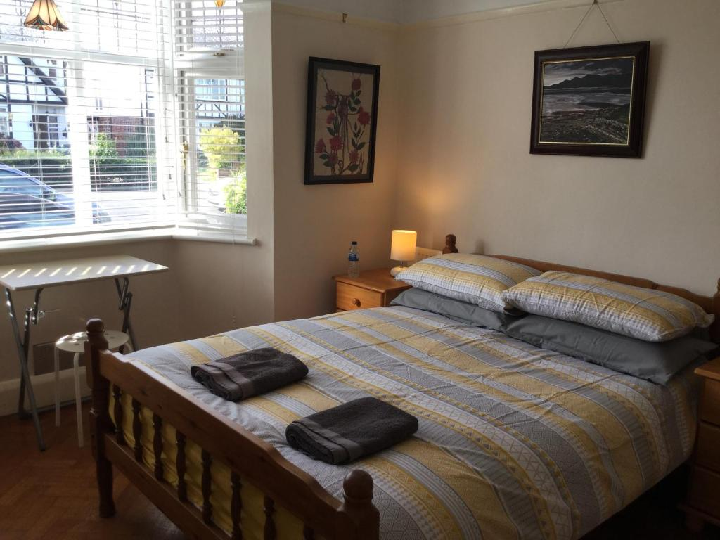 A bed or beds in a room at Large Double Rooms With A View