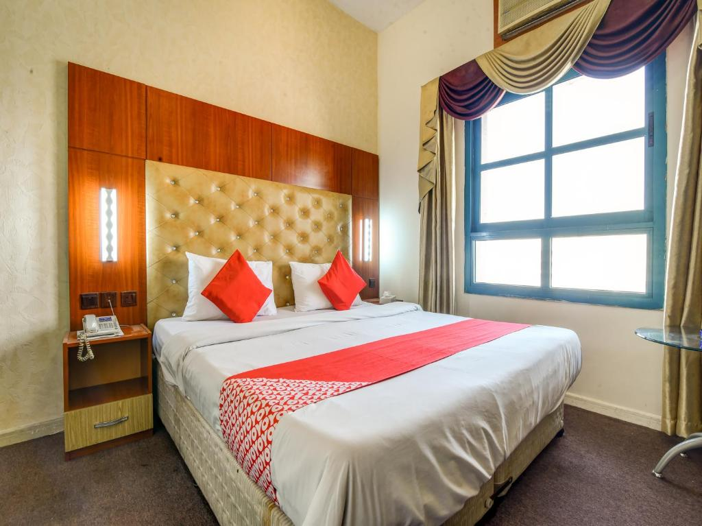 A bed or beds in a room at OYO 271 Parasol Hotel