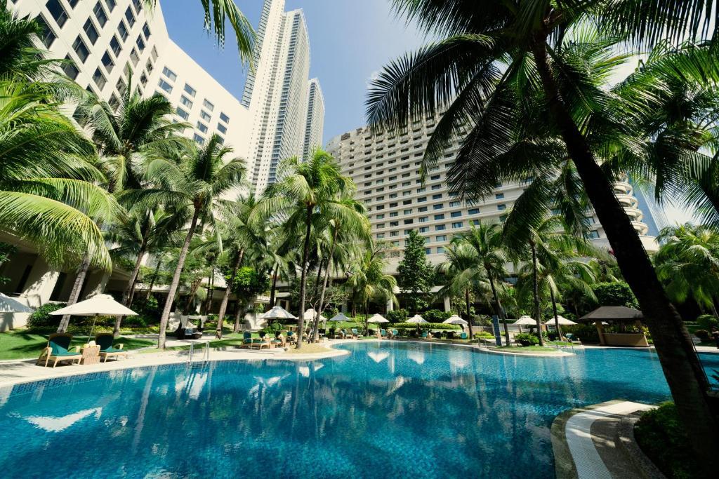 The swimming pool at or close to Edsa Shangri-La, Manila