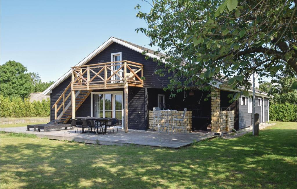 Four-Bedroom Holiday home Humble with a Fireplace 01