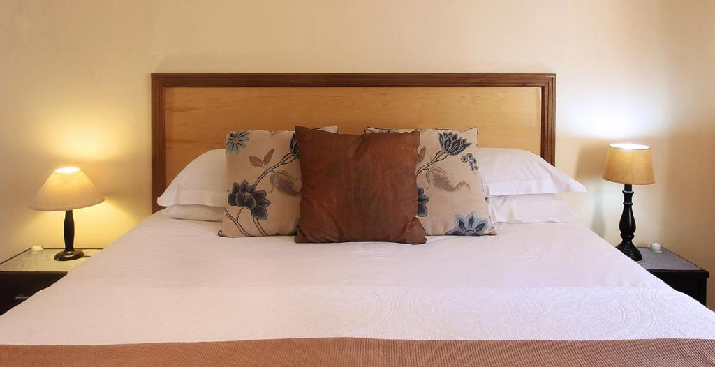 A bed or beds in a room at Stony Brook Cottages