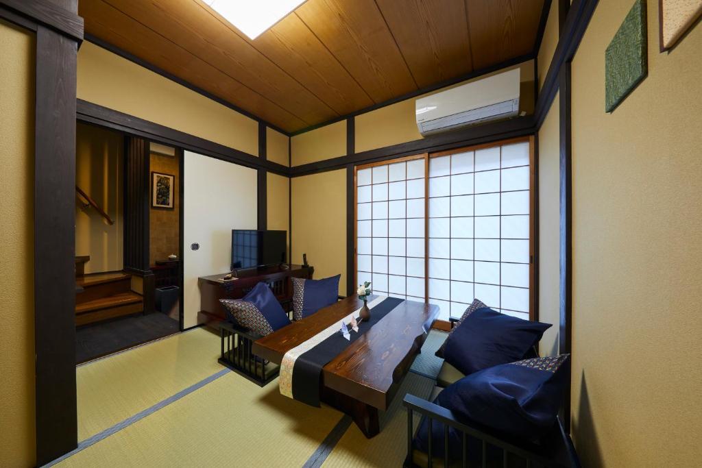A seating area at Rinn Yasaka Kodaiji