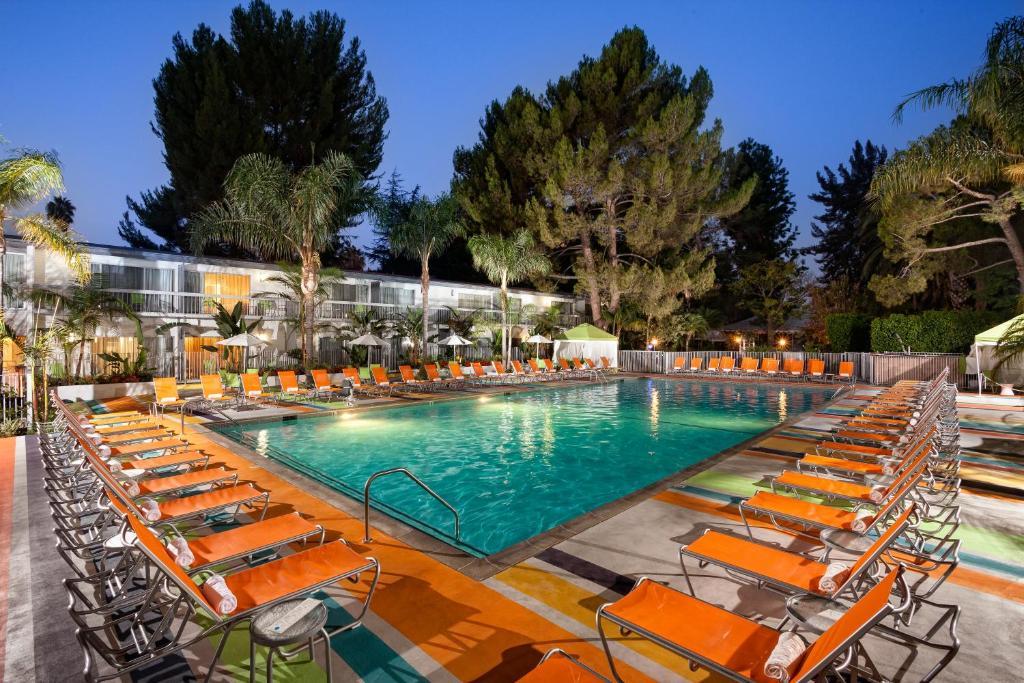 Der Swimmingpool an oder in der Nähe von Sportsmen's Lodge Hotel