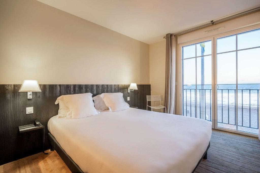 Ein Bett oder Betten in einem Zimmer der Unterkunft Clarion Collection Hotel Les Flots