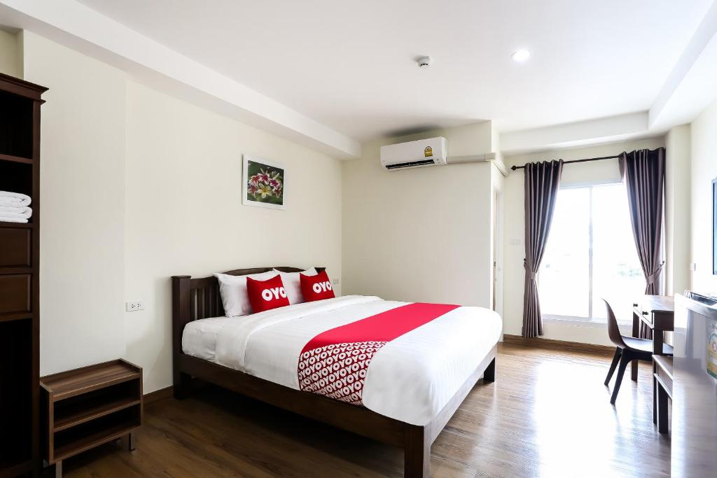 A bed or beds in a room at OYO 312 Canary House Rachawong