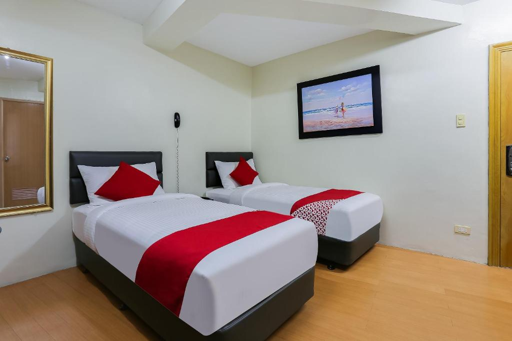 A bed or beds in a room at OYO 190 Anglo Residences