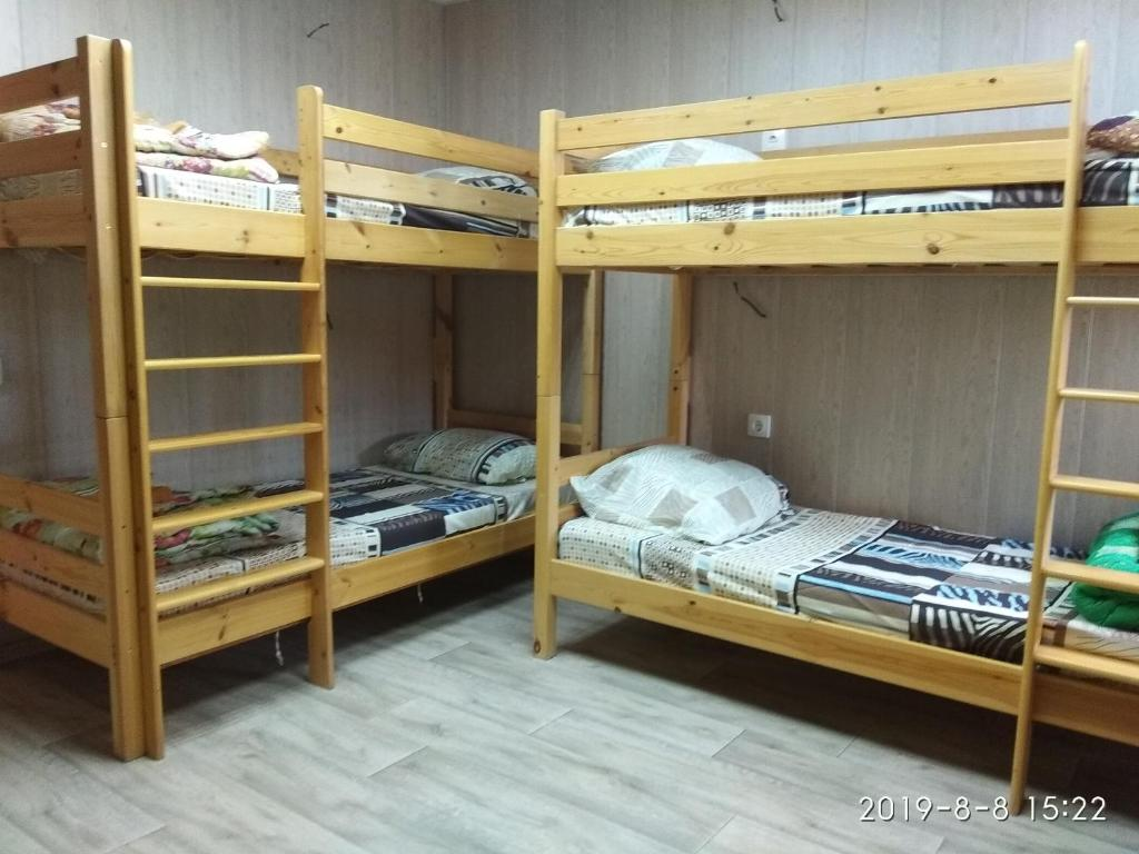 Двухъярусная кровать или двухъярусные кровати в номере Voronezh Dom 42 k 3 arenda koikomesta