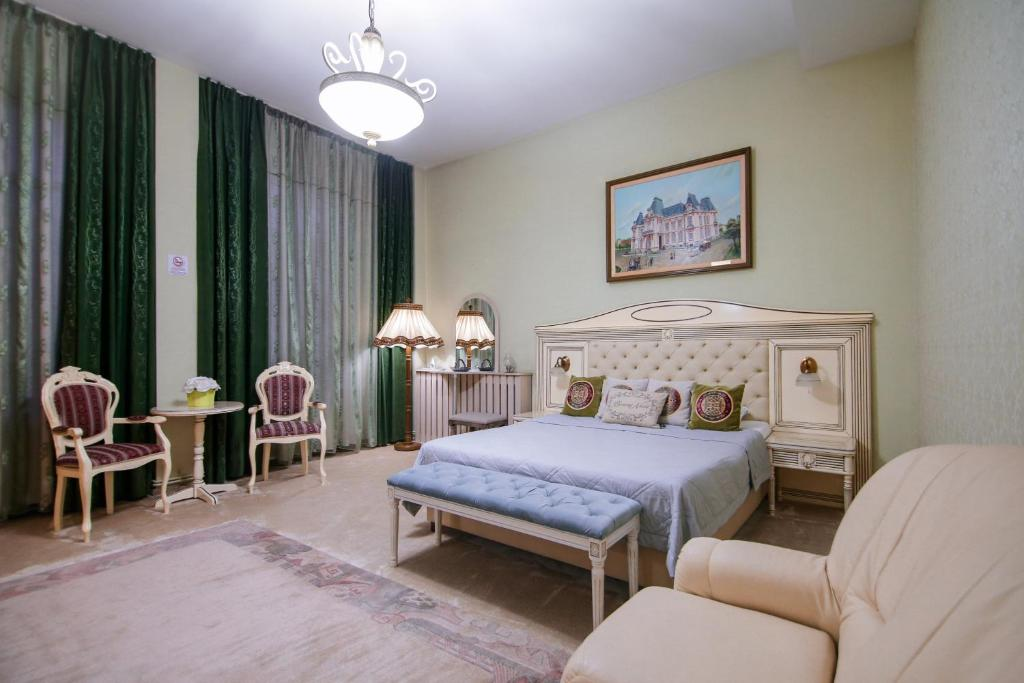 A bed or beds in a room at Hotel Royal Craiova