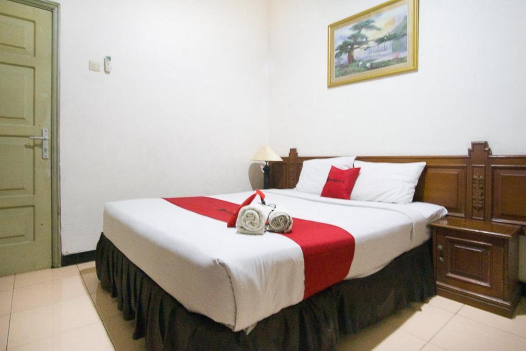 Uma cama ou camas num quarto em RedDoorz near Pantai Falajawa 2