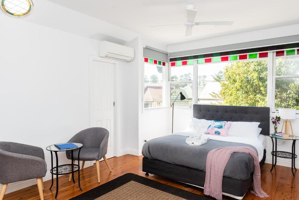 Een bed of bedden in een kamer bij The Outback Lodge Manly