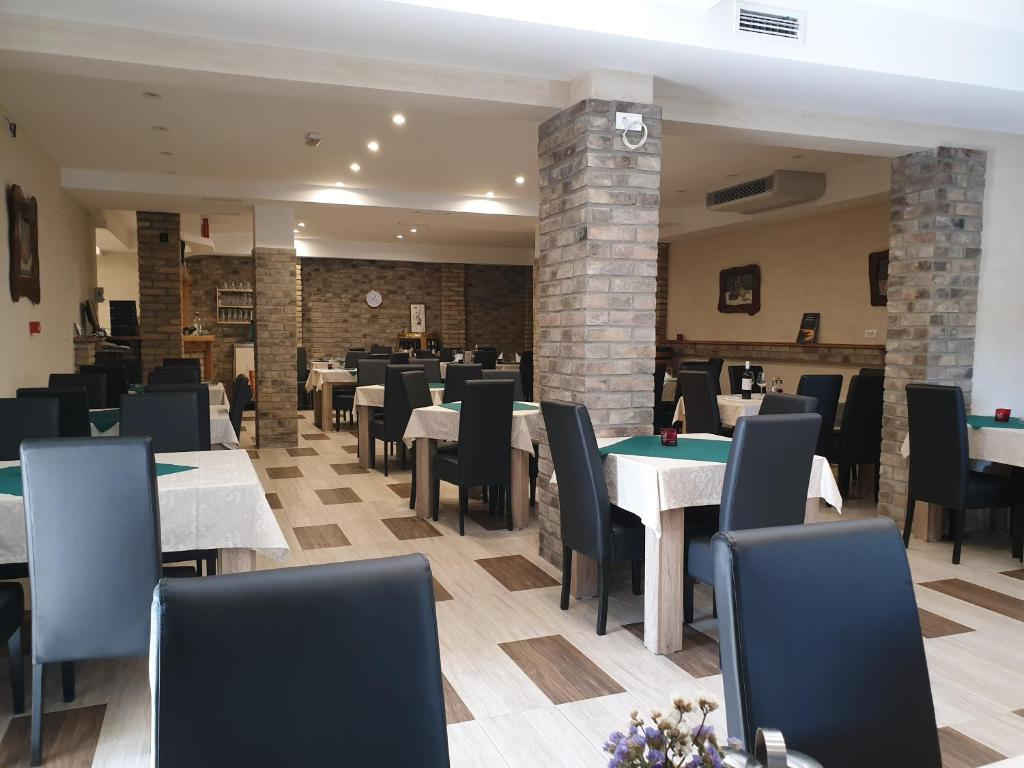 A restaurant or other place to eat at Vaš Kutak