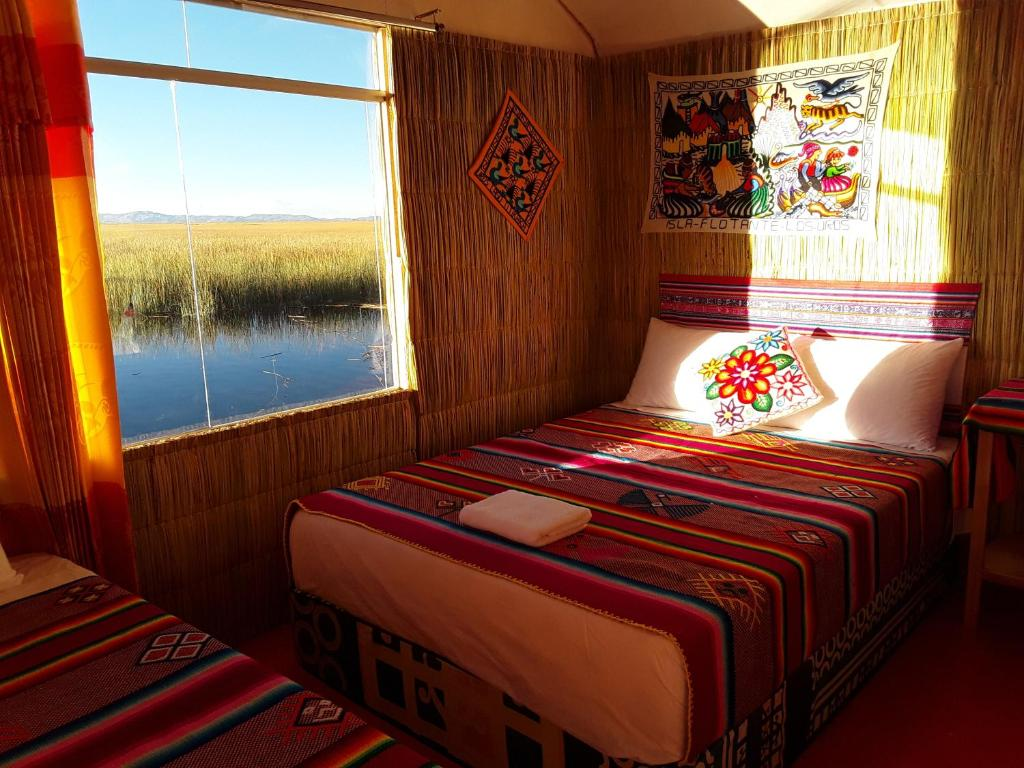 A bed or beds in a room at Titicaca Aru Lodge
