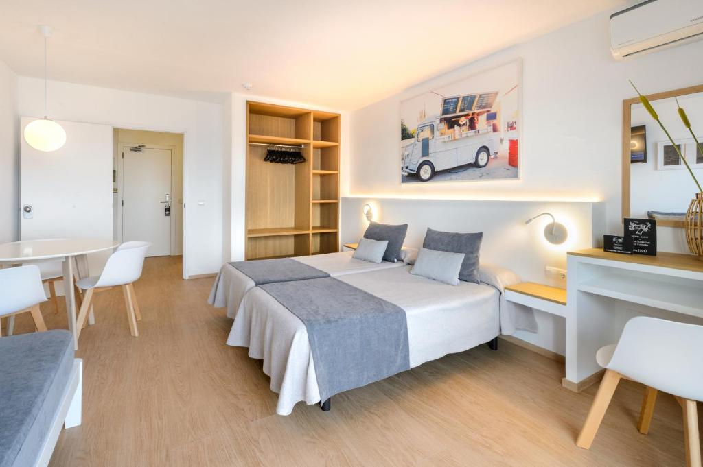 A bed or beds in a room at Hotel Cenit & Apts. Sol y Viento