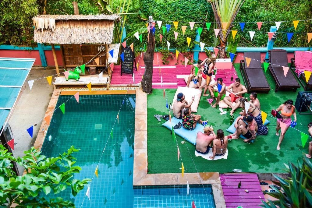 Kolam renang di atau di dekat Mad Monkey Hostel Koh Phangan
