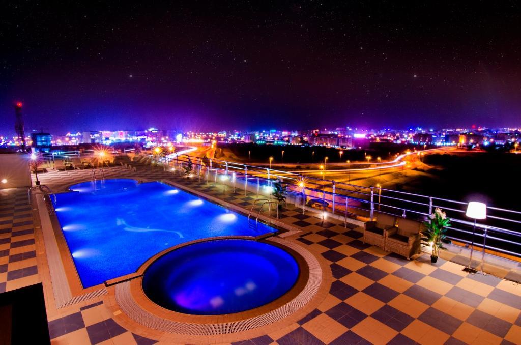 Vue sur la piscine de l'établissement Al Murooj Grand Hotel ou sur une piscine à proximité