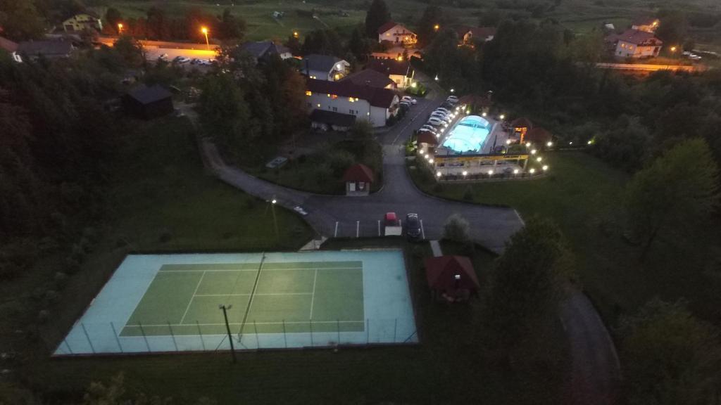 Pemandangan kolam renang di Villa Plitvicka Sedra atau di dekatnya