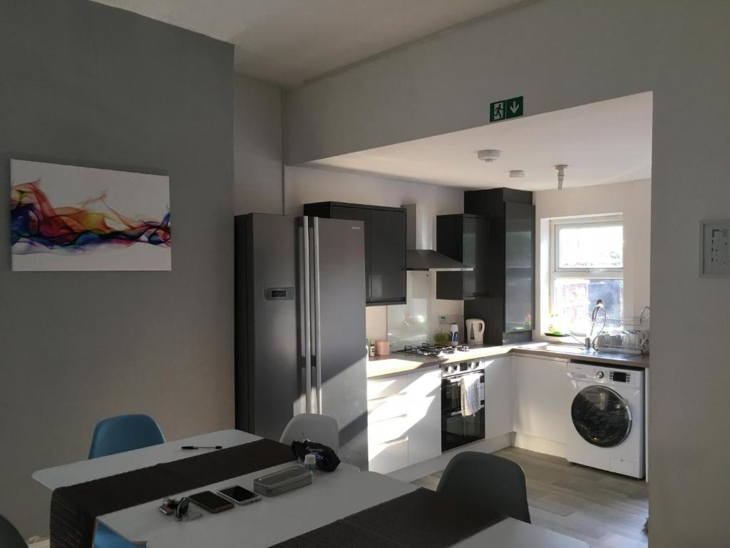 A kitchen or kitchenette at NEW Irisplace Liverpool @ New Strand