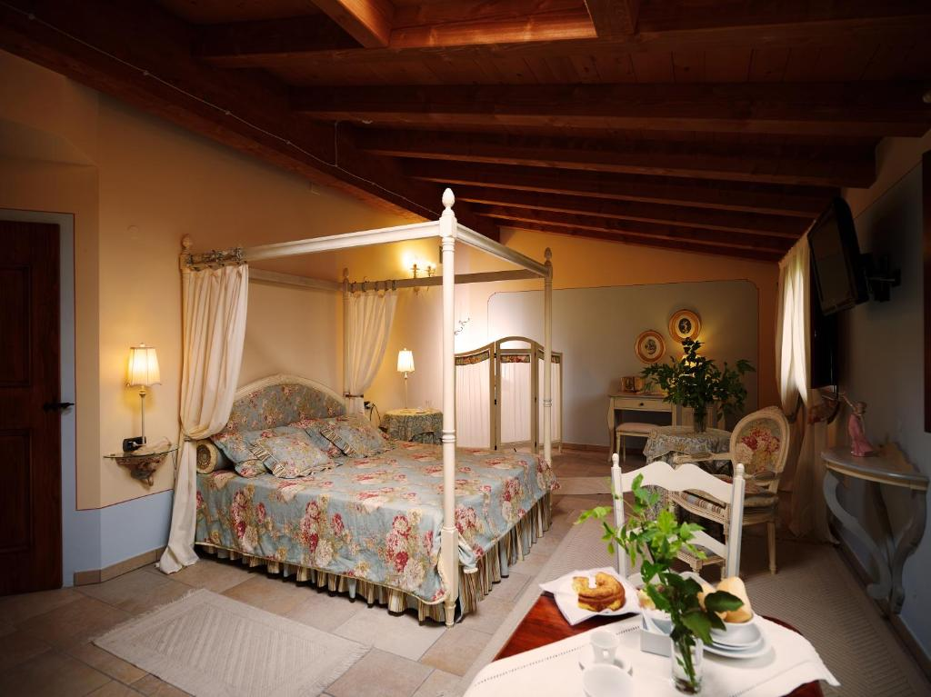 A bed or beds in a room at Agriturismo Otto Ducati D'Oro