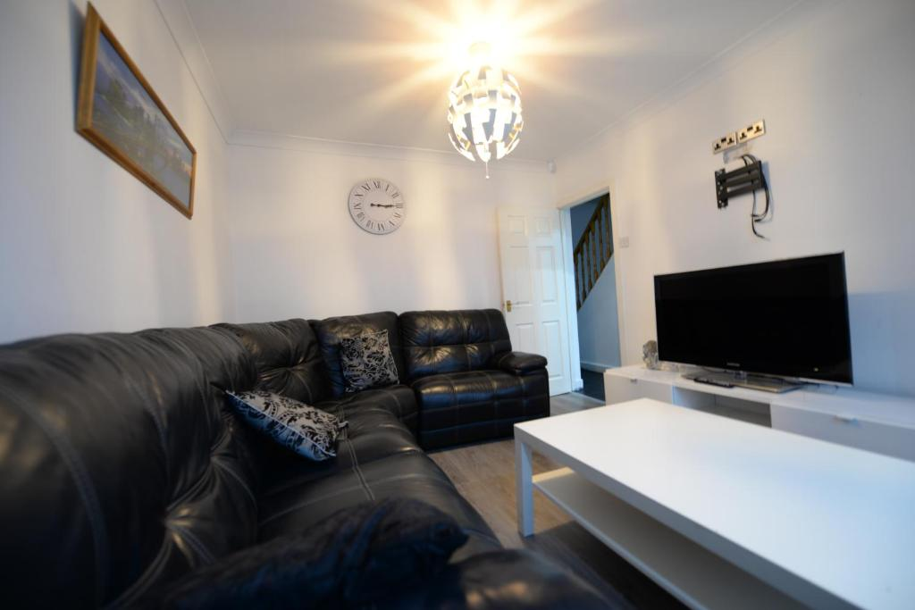 A seating area at 4 Bedroom - 0.5 Miles For Coventry Train Station