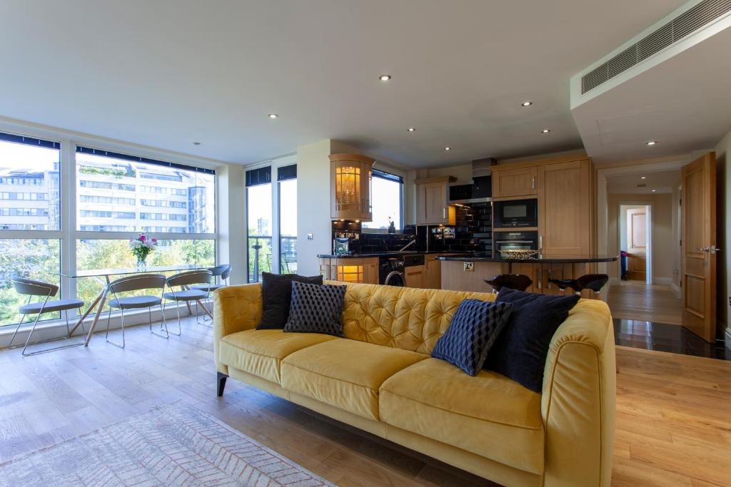 A seating area at Thames View Apartment, Imperial Wharf