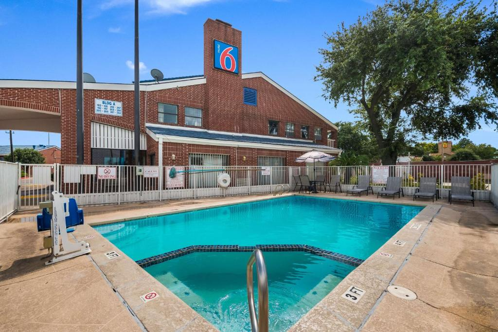The swimming pool at or close to Motel 6 Houston- Brookhollow