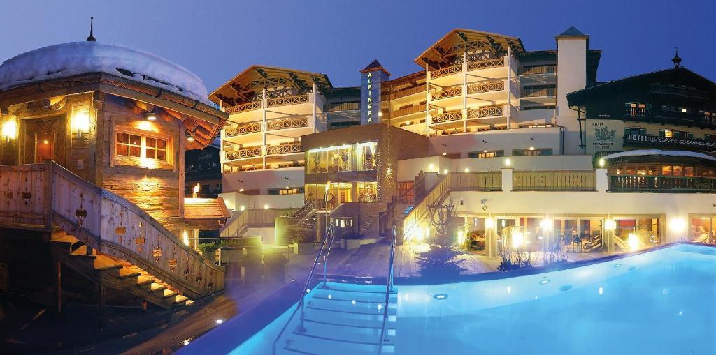 Ein Blick auf den Pool von der Unterkunft Hotel Alpine Palace oder aus der Nähe