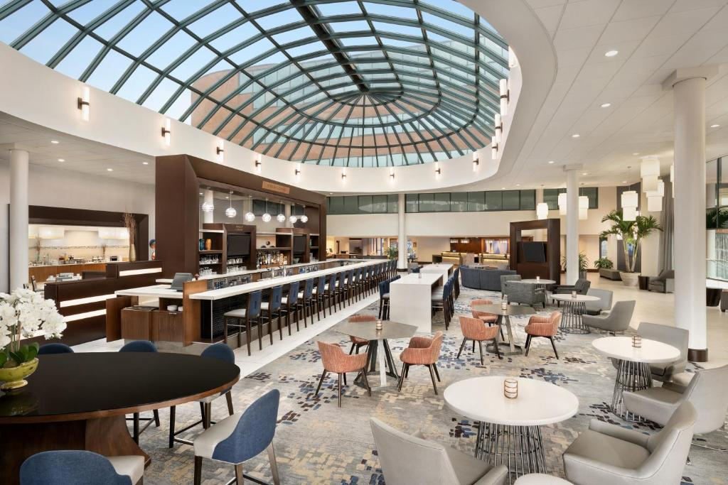 A restaurant or other place to eat at Hilton Long Island/Huntington