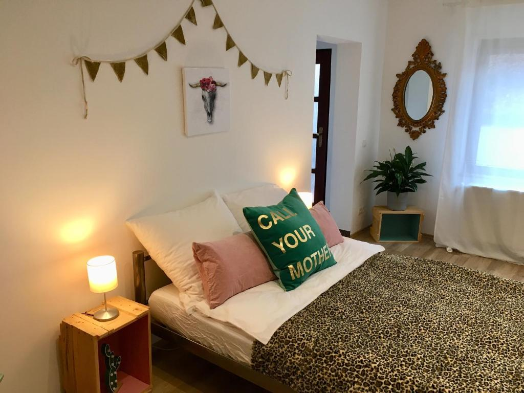 A bed or beds in a room at Cosy Home Speyer mit WLAN, Netflix