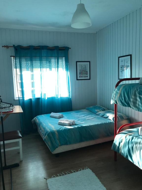 A bed or beds in a room at Barcos a Vista Guest House