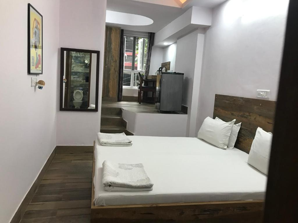 A bed or beds in a room at Tatvamasi Homestay