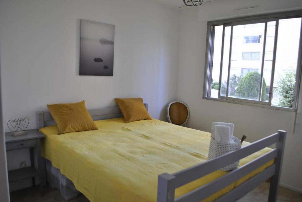 A bed or beds in a room at CARPEDIEM, 2 Chambres proche Aéroport, Promenade des Anglais, Centre d'Affaires