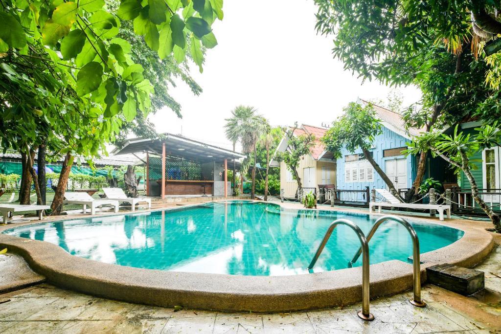 Бассейн в OYO 324 Deeden Pattaya Resort или поблизости