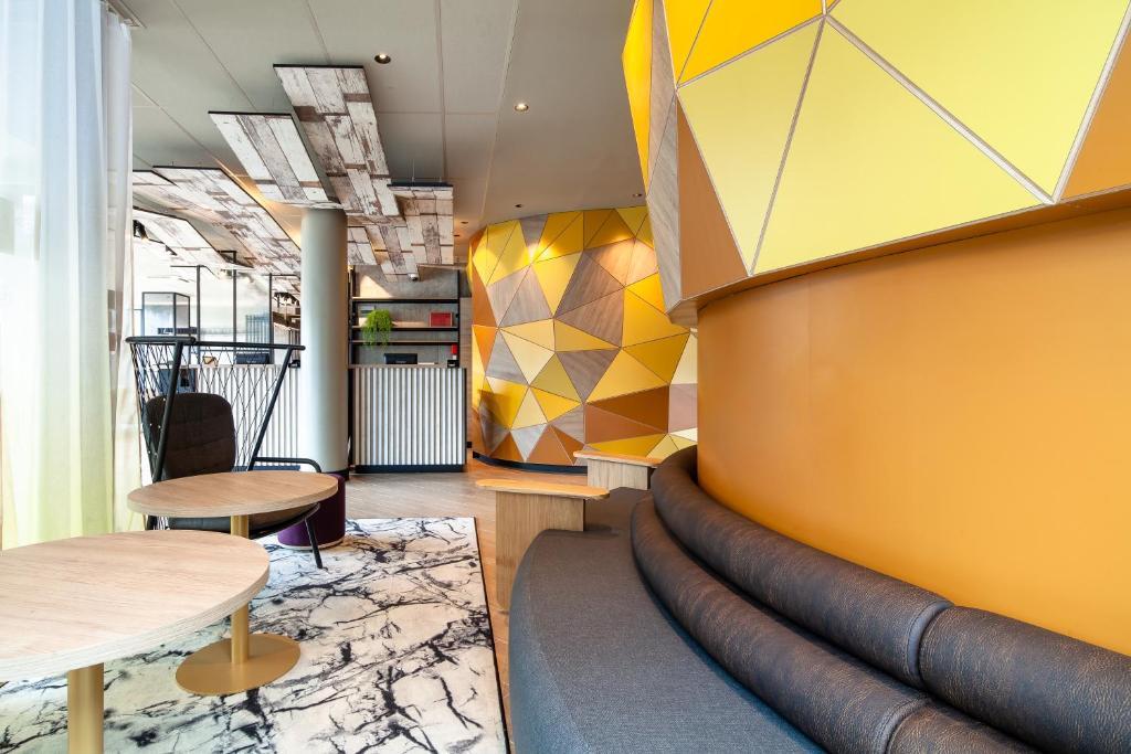 Ein Sitzbereich in der Unterkunft B&B Hôtel Paris Porte des Lilas
