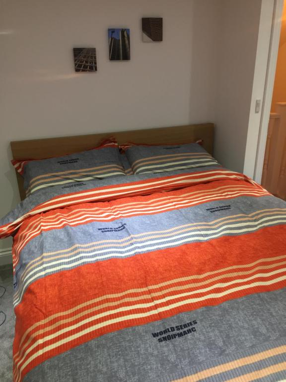 A bed or beds in a room at 30 Mins to Central London