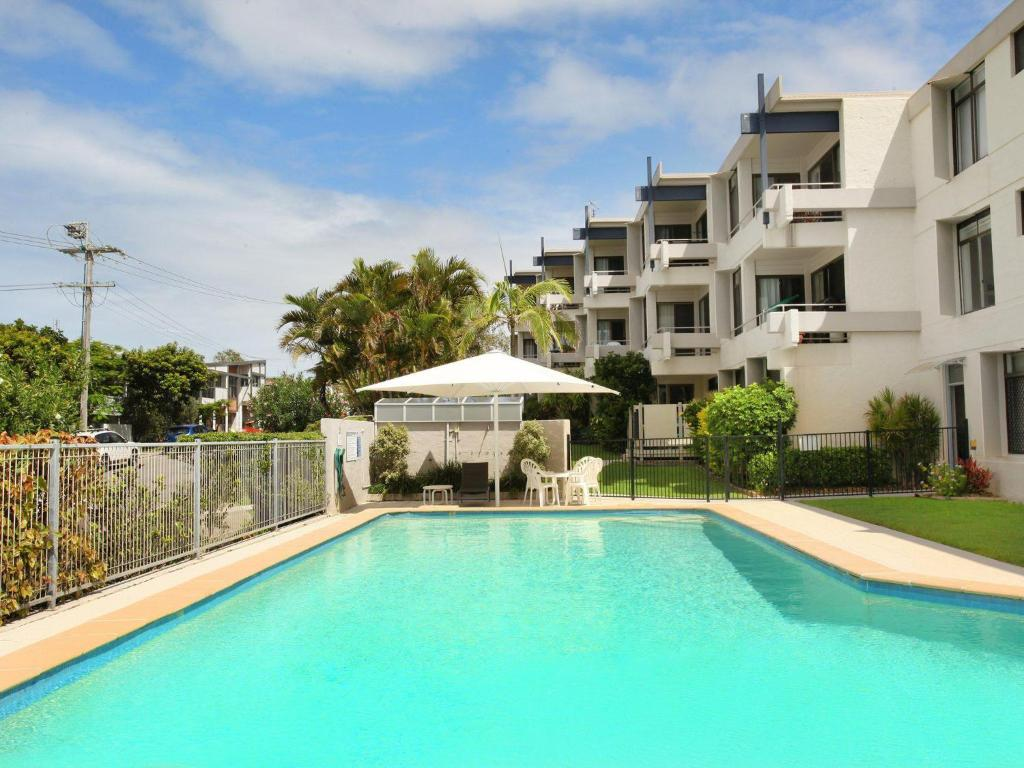 The swimming pool at or near Warroo 3 - 2 BDRM Apt 100m to Alex Surf Beach