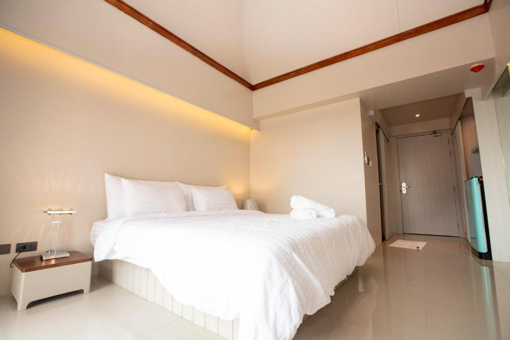 A bed or beds in a room at A Room Bangkok Sathorn