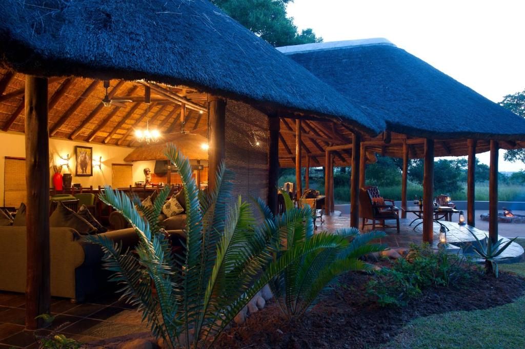 A restaurant or other place to eat at Thornybush Jackalberry Lodge