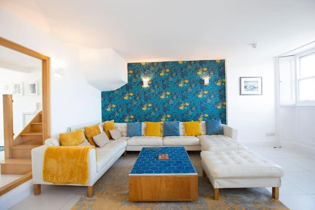 A seating area at Spectacular Penthouse in Sussex Square