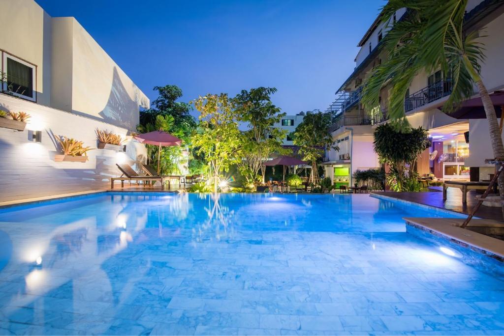 สระว่ายน้ำที่อยู่ใกล้ ๆ หรือใน Anchan Hotel & Spa